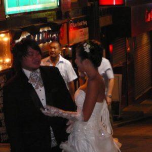 albo ślub (młoda para na sesji na Lan Kwai Fong - może tam się poznali.)