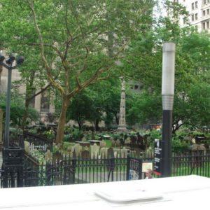 Cmentarzyk w środku miasta
