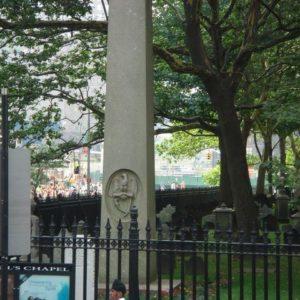 a za nim prawdziwy cmentarz - miejsce po WTC. (tam gdzie widać ludzi za pomnikiem).