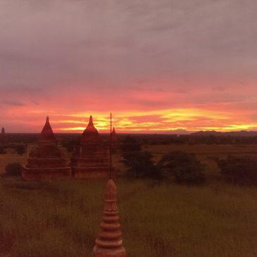 Wschód słońca nad pagodami – balonów brak